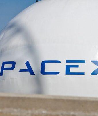 SpaceX Ay'ın etrafında gezdireceği ilk yolcusunu buldu