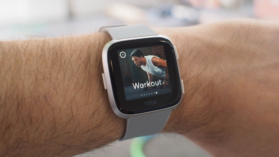 how to turn on fitbit versa